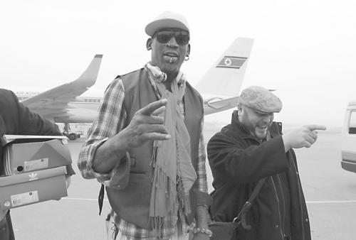 NBA前球星罗德曼(左)6日到达平壤机场。