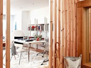 复式楼室内效果图:木条屏风将进门处的玄关和客厅做了隔断,高清图片