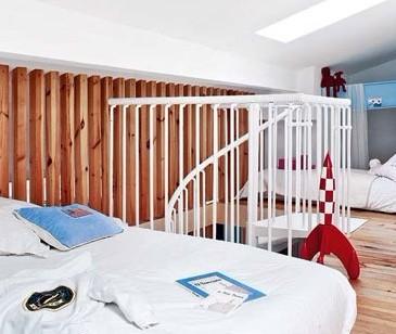 复式楼室内效果图:利用木条栅栏将儿童房与卧室分割开来,而高清图片