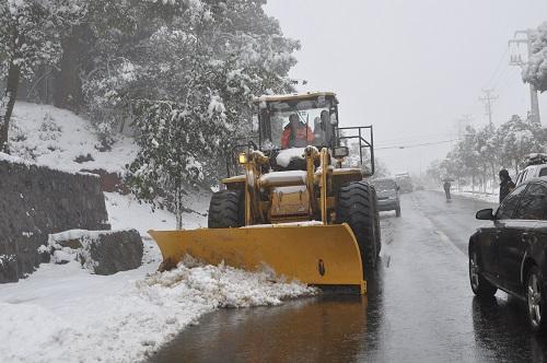 大雪致新昌1条省道、17条县道交通中断 公路职工连夜抗雪保公路畅通
