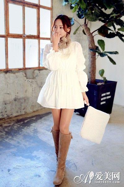 示范搭配:白色蕾丝雪纺束腰连衣裙+驼色长靴+白色毛绒信封包
