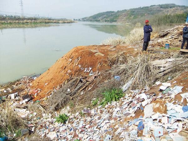 黄泽江明溪段:随意占据江道 倾倒废料垃圾