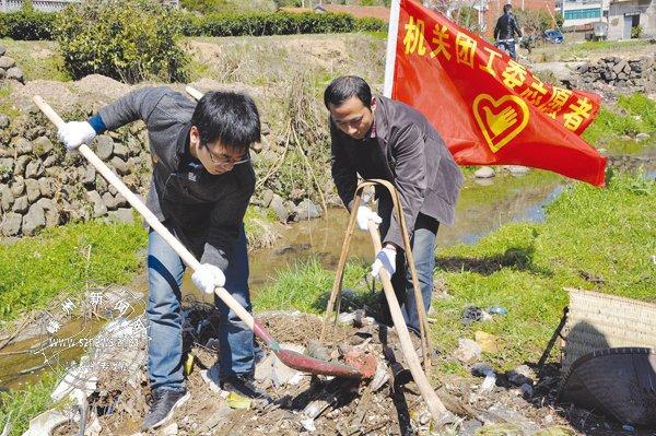 青年志愿者清理大坑溪