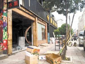 振兴路,华山路等部分主干道上转了一圈,发现沿街店铺装修作业不设围挡图片
