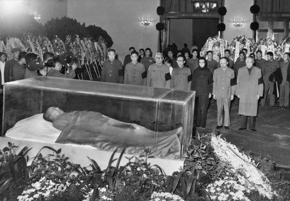 华国锋/1976年9月13日,当时的党和国家领导人在毛泽东的遗体旁致哀(...