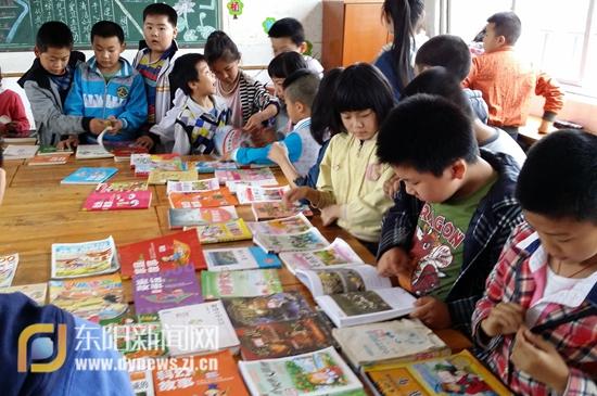 书交易的场景与海报.-南溪小学 举办 跳蚤书市