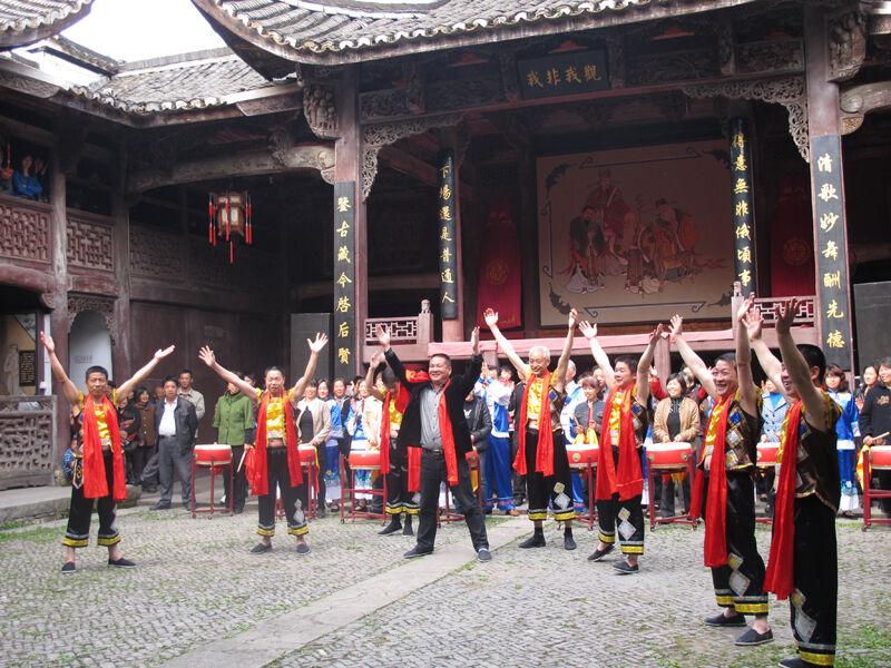 大陈村的村民在文化礼堂开展活动