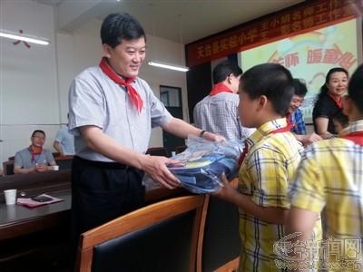 李志坚/图为李志坚在天台实验小学慰问少年儿童。陆最摄