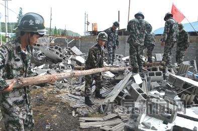 查田镇组织基干民兵拆除街头违建棚屋