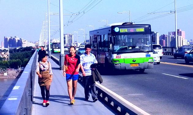 武汉大桥桥上车来人往