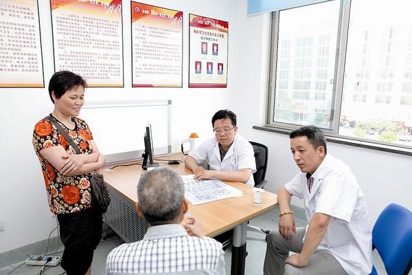 上海肿瘤医院专家正在给患者看病.高清图片