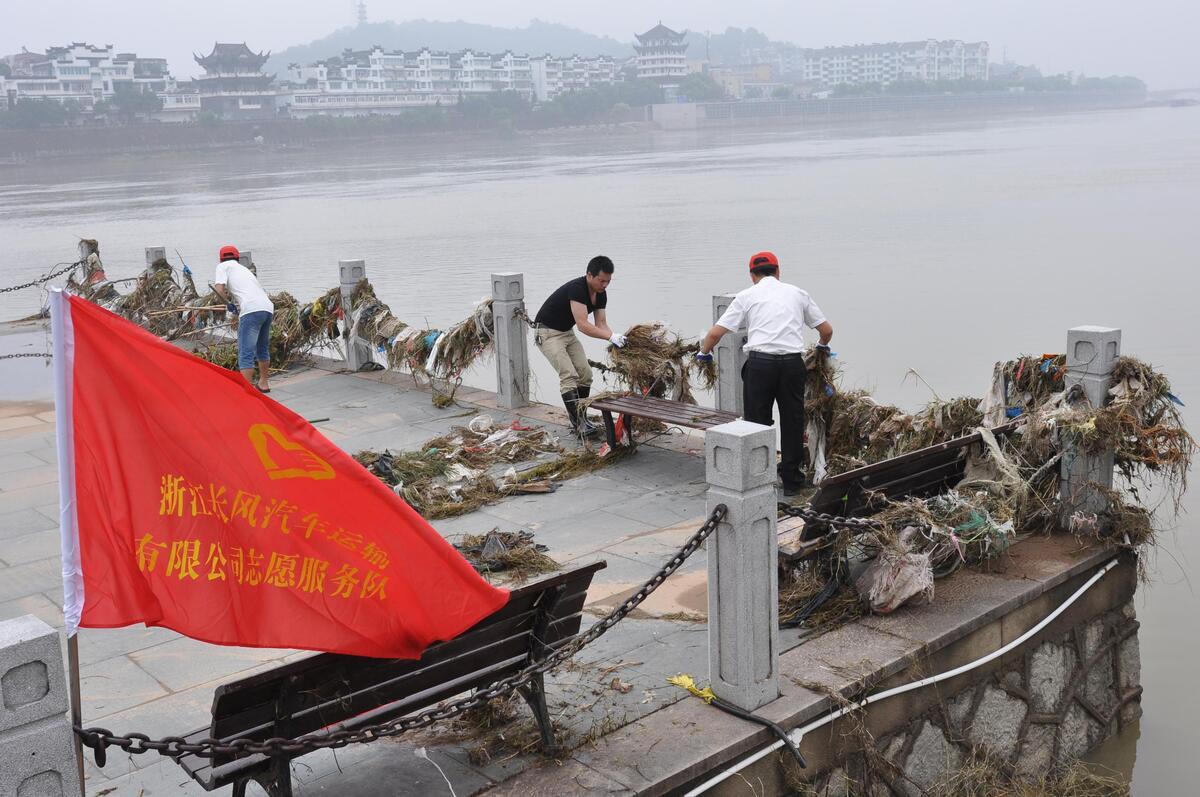 还中洲公园一片洁净 党员、志愿者清淤在行动