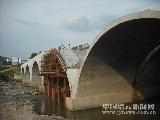 桥,新桥为五跨实腹式钢筋混凝土拱桥,全桥共长122.7 m,桥梁与河