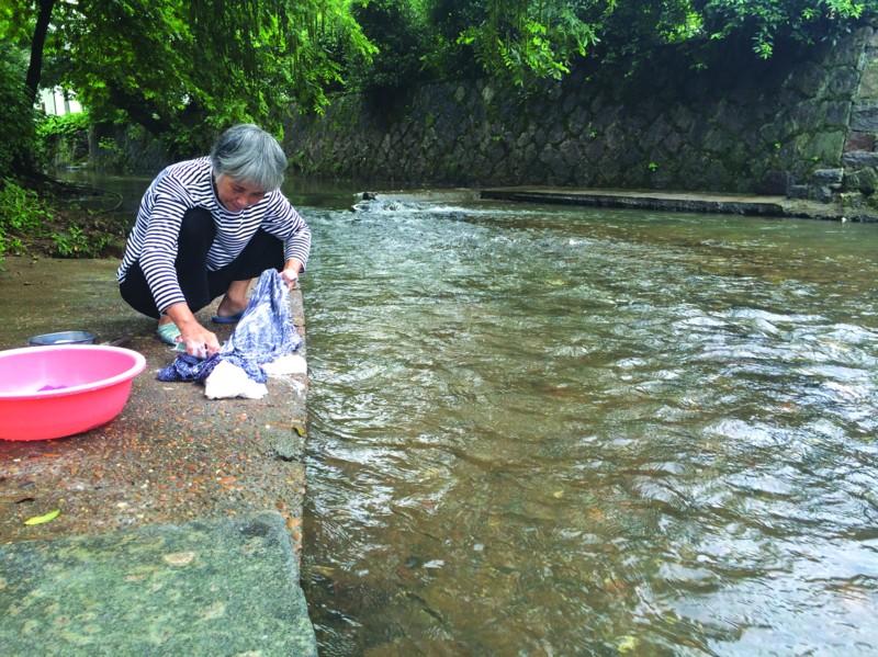 干净清澈的仙泉溪