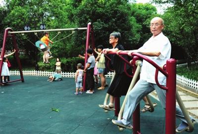 公园健身器材_7月30日傍晚,武义市民在熟溪河畔的滨江公园健身器材上锻炼.