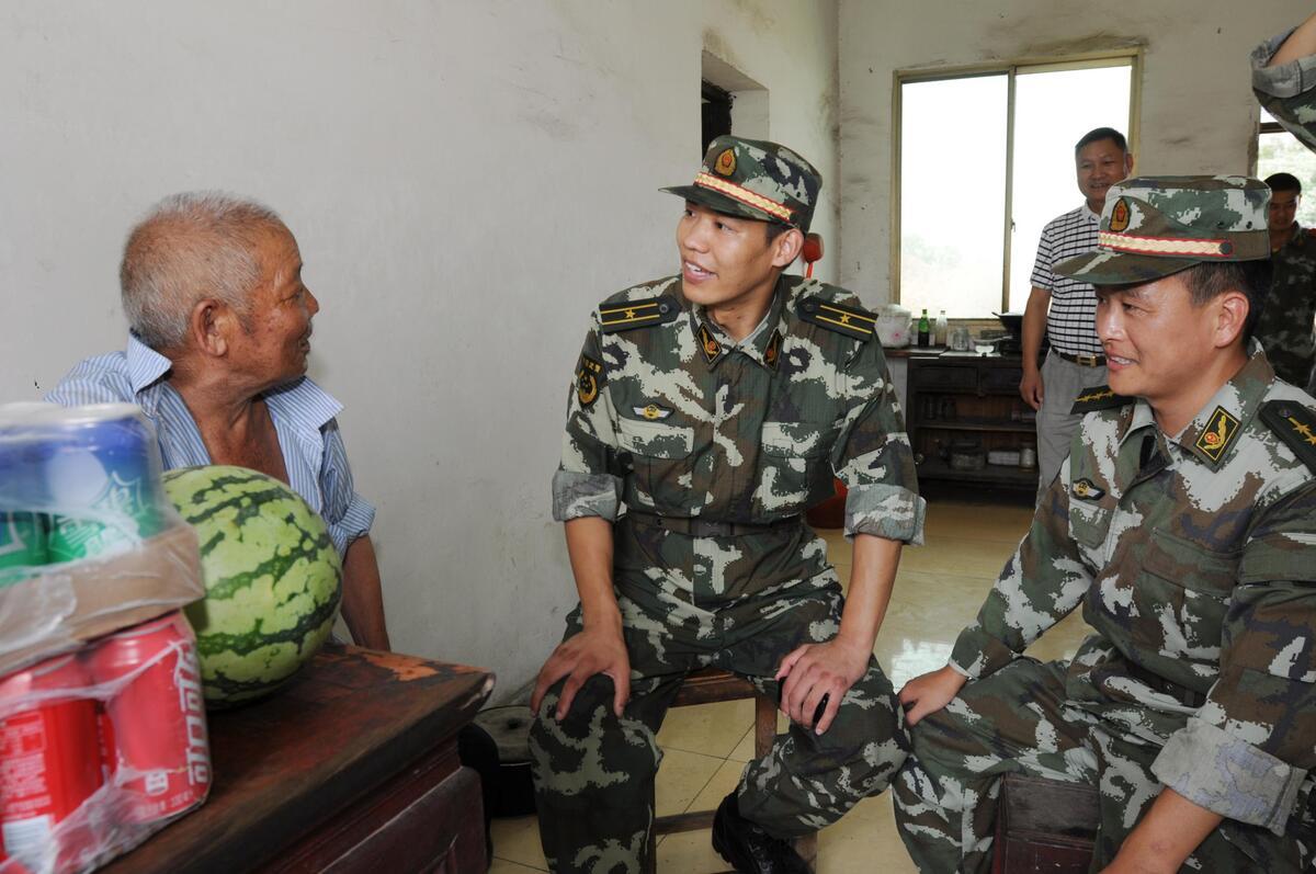 武警官兵和独居老人共度八一建军节