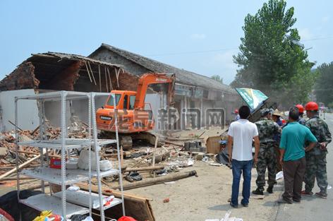 查田镇组织人员对违法建筑进行拆除