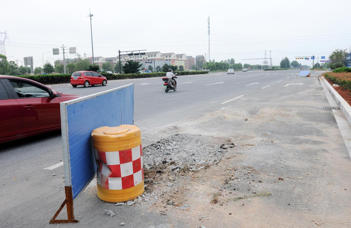 """婺城:因道路拓宽""""站错位""""的指路牌已拆除"""