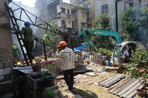 """市""""三改一拆""""办组织人员拆除违法建筑"""