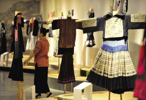 ,60多件各具民族特色的服装亮相于秀洲区雅莹服装公司,吸引了禾