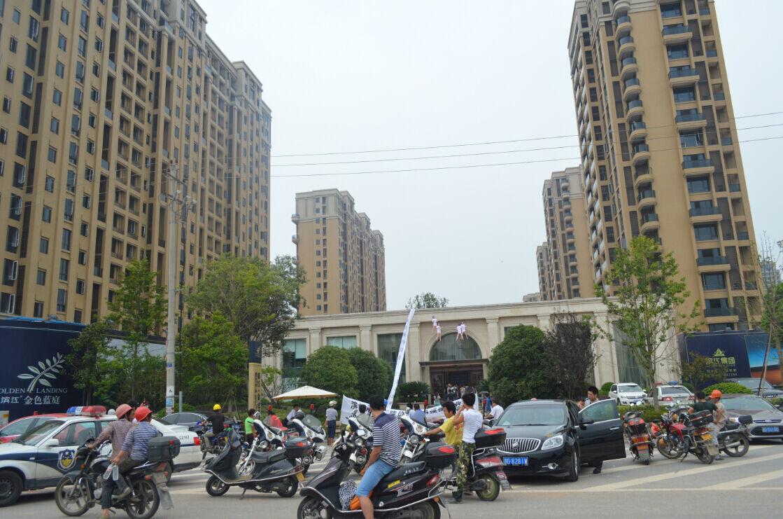 """滨江·金色蓝庭打折促销 业主维权""""充气娃娃""""上阵"""