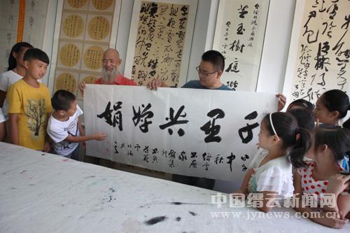9月6日,缙云县书画名家施子洲在县文联书画培训中心手把手v书画学生的文新作初中开始图片