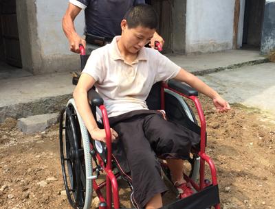 李松苹坐上了爱心轮椅