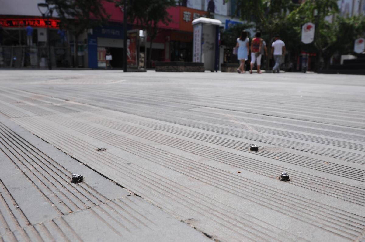 """江北步行街上裸露的""""拦路钉"""""""