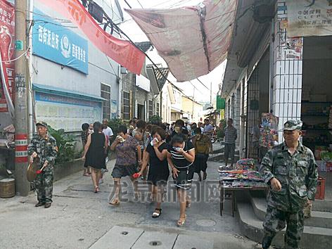 西街街道西新社区举行防空防灾应急疏散演练