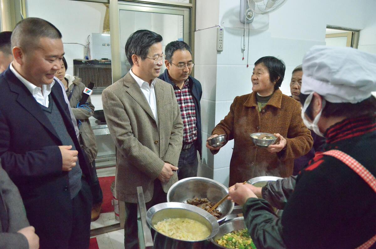 原中共金华市委书记陈一新(左二)视察居家养老服务照料中心
