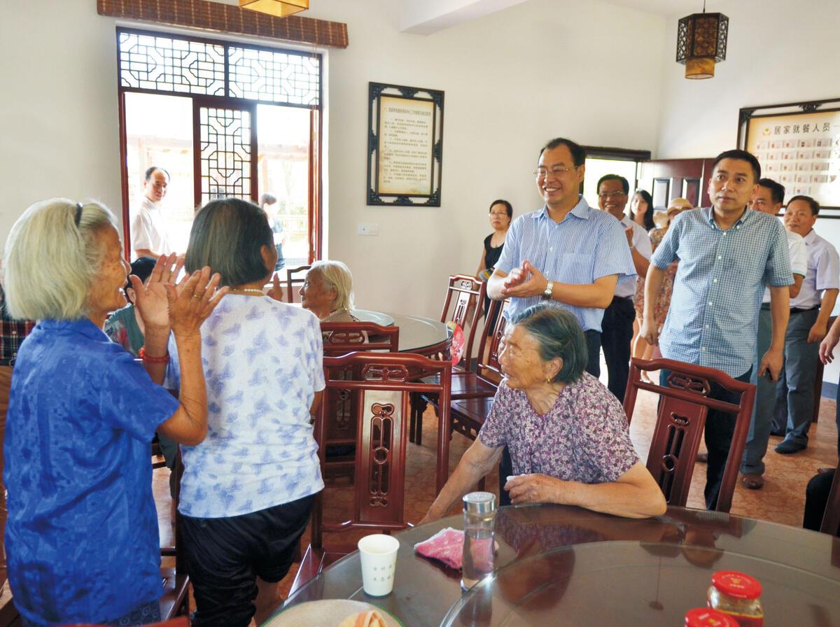 中共金华市委书记徐加爱(中)视察居家养老服务照料中心
