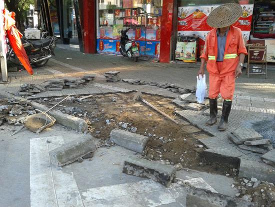 人行道彩砖铺设前高清图片