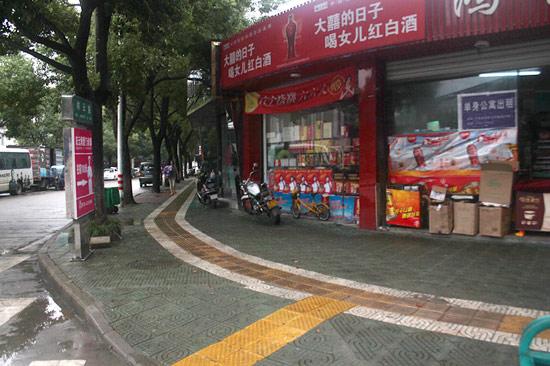 人行道彩砖铺设后高清图片