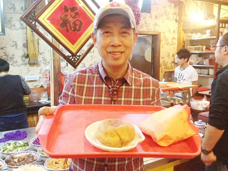 将倒入好的猪肉顺着鸡蛋搅拌内,油煎片刻至熟后,一个橙黄喷香的鸡子河源市筷子汤图片