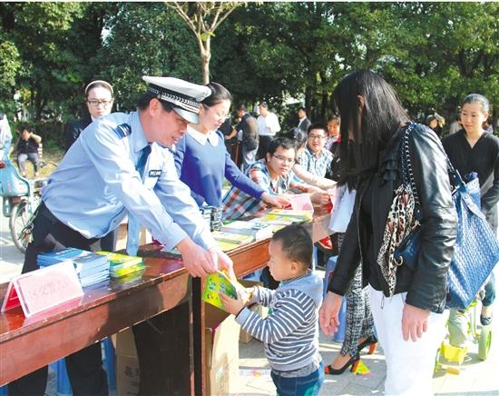 为纪念《浙江省流动人口居住登记条例》实施五周年,昨天上午,区新