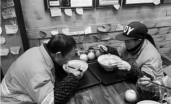 面馆老板请百位环卫工吃面 有人愿捐500斤鸡蛋--金华频道