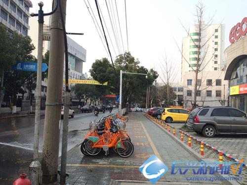 公共自行车点缺少雨棚 市民有担忧(图)