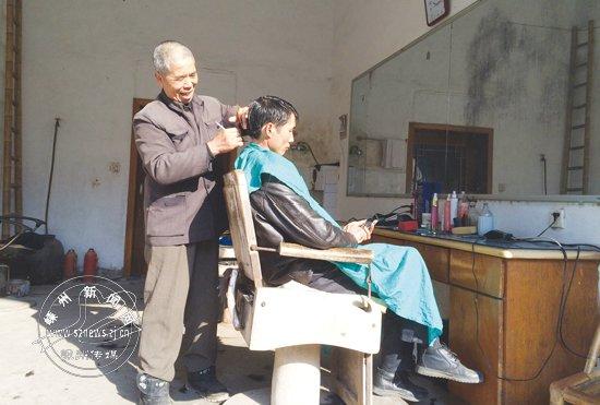 村落里的剃头匠 坚守着的老手艺