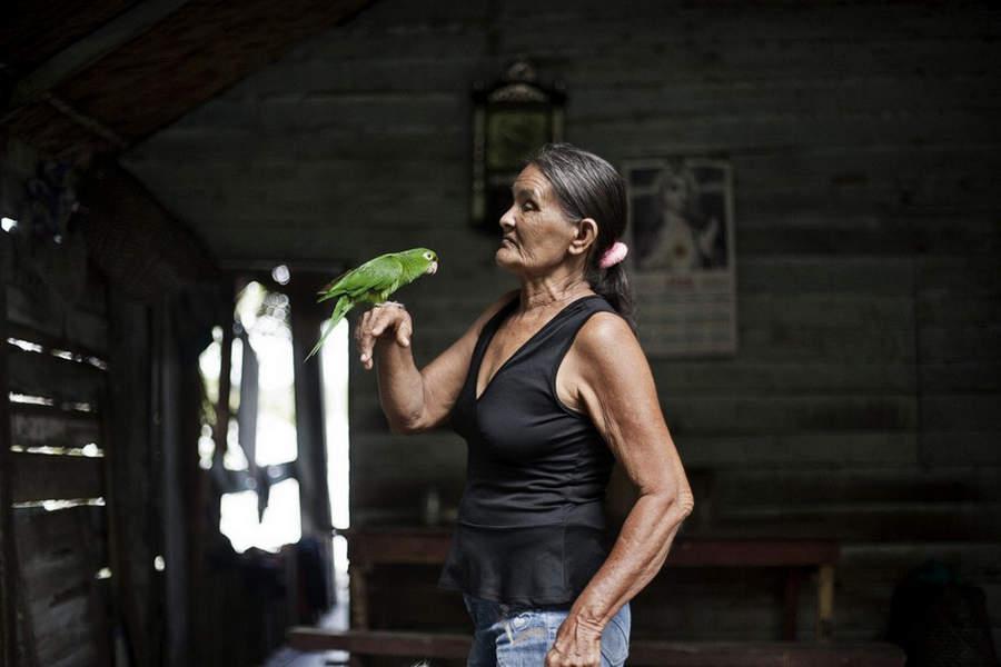 组图:亚马逊河上的女子用性换食物