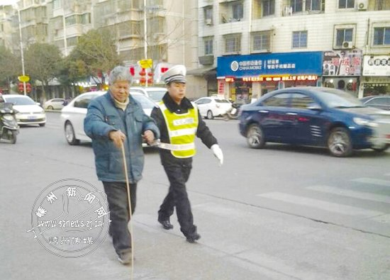 /搀扶盲人过马路围着警车吃盒饭市民为交警点赞