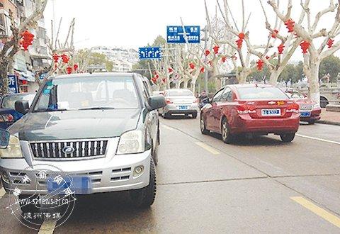 江滨东路如此乱停车,不该!