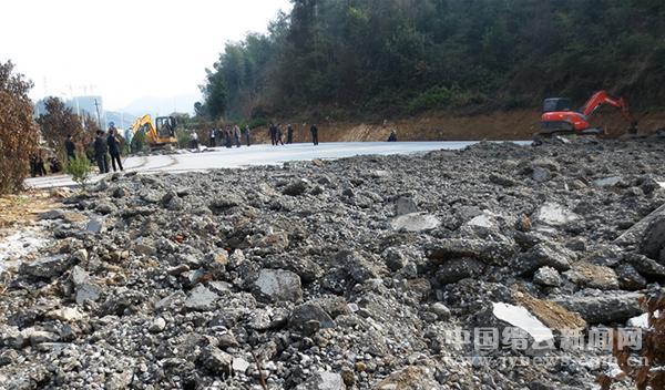 330国道旁一千多平方米违章建筑被拆除