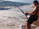 男子意外钓到4米长虎鲨