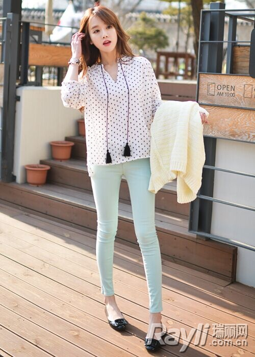 短款衬衫搭配紧身裤-短款上衣高腰裤 微露的小蛮腰最撩人