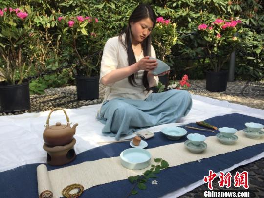 华顶国家森林公园内天台山云雾茶茶艺表演 臧涵 摄