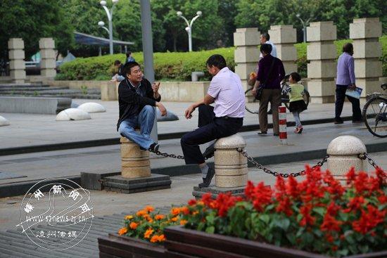 坐广场隔离墩聊天 不雅观有损文明