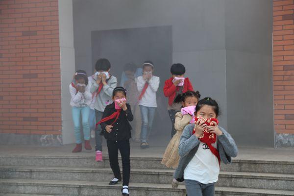 掌握逃生技能 常鸣安全警钟——傅村小学千余师生积极开展疏散演练活动