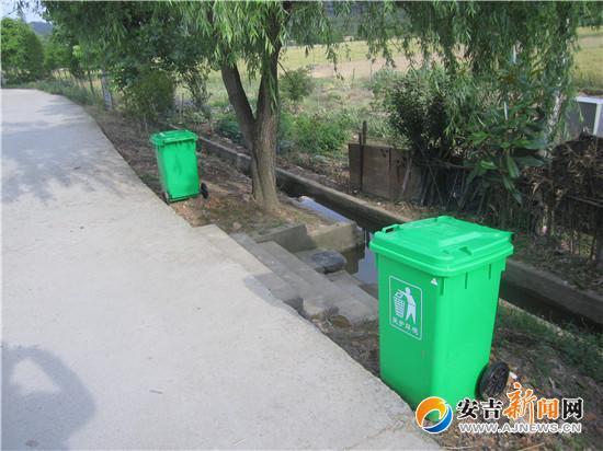 村主干道边配备的垃圾桶图片