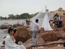 青岛新人拍婚纱照挤满海滨沙滩