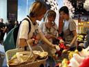 迪士尼全球最大旗舰店上海开业 卡通粉丝疯狂购物